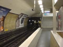 Métropolitain, station Nation - Français:   Une rame stationnée à proximité des quais de la station Nation sur la ligne 6 du métro parisien.
