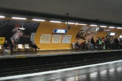 Métropolitain, station Nation -  Vue du quai de la station Nation de la ligne 9 du métro parisien, direction Mairie de Montreuil, un jour de grève: notez la partie de quai non desservie par le métro, désertée par les voyageurs, qui s'agglutinent logiquement sur la partie qui sera desservie. La station était alors encore en style Mouton (orange).