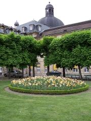 Hôpital de la Salpêtrière - English: View of one courtyard of the hospital