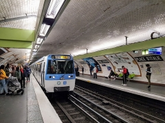 Métropolitain, station Place d'Italie - Français:   MF77 en livrée île-de-France Mobilités station Place d\'Italie