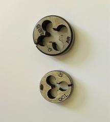 Mobilier National - Français:   Filières dans porte-filière. La filière permet de fileter une tige lisse.