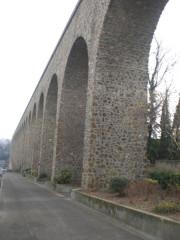 Ancien aqueduc des eaux de Rungis ou aqueduc Médicis (également sur communes de Rungis, Arcueil, Fresnes, Cachan, L'Hay-les-Roses, Gentilly, dans le Val-de-Marne) -  Arcueil, France  Aqueduc Bellegrand,côté Ouest, vue depuis Arcueil