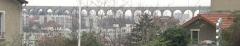 Ancien aqueduc des eaux de Rungis ou aqueduc Médicis (également sur communes de Rungis, Arcueil, Fresnes, Cachan, L'Hay-les-Roses, Gentilly, dans le Val-de-Marne) -  France, Val-de-Marne, Arcueil  l'aqueduc au dessus des maisons