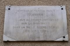 Hôpital Cochin (ancien noviciat des Capucins) - Plaque en hommage aux bombardements de Première Guerre mondiale (contre l'ancienne abbaye de Port-Royal de Paris), 119-125 boulevard de Port-Royal (Paris, 14e).