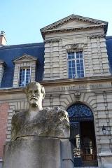 Institut Pasteur -  Statue of Louis Pasteur @ Institut Pasteur @ Paris