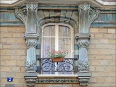 Immeuble Les Chardons - Fenêtre de l\'immeuble conçu en 1903, situé au 2 rue Eugène-Manuel à Paris, par l\'architecte Charles Klein et le céramiste Emile Muller.  L\'édifice très coloré en bleu-vert et ocre est du plus beau style art nouveau. Il est recouvert de grès flammé en céramique avec une décoration déclinant les chardons (inspirée du peintre Eugène Grasset) .  L\'immeuble est inscrit à l\'inventaire des Monuments historiques  A consulter: paris1900.blogspot.com/2007/05/2-rue-eugne-manuel-et-9-ru...  lartnouveau.com/belle_epoque/architectes_paris/paris16/ch...
