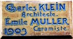 Immeuble Les Chardons - Français:   Signature de l\'architecte et du céramiste de l\'immeubles Les Chardons, 9 rue Claude-Chahu à Paris.
