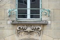 Immeuble dit Castel Béranger - Garde-corps d\'une fenêtre du Castel Béranger.  Le Castel Béranger est un immeuble de rapport de trente-six appartements situé 14, rue La-Fontaine dans le 16e arrondissement de Paris. Il a été conçu par l\'architecte Hector Guimard. Sa construction a lieu à partir de 1895 jusqu\'en 1898. C\'est un chef d\'oeuvre d\'art nouveau français.  Hector Guimard y applique un principe fondamental de l'Art nouveau: celui de l'unité complète de l'œuvre. Il est également, et comme à son habitude, l\'auteur du second-œuvre et de la décoration intérieure (sols, menuiserie, serrurerie, vitrerie et vitrail, peinture, tapisserie et papier-peint) mais aussi du mobilier.  On retrouve à l\'extérieur plusieurs thèmes chers à l\'auteur: le bow-window, la loggia, le balcon et la ferronnerie ouvragée.  L'immeuble est primé au 1er concours de façades de la Ville de Paris en 1898.  extrait de Wikipedia  <a href=\