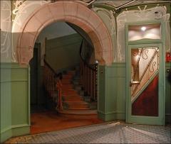Immeuble dit Castel Béranger -  Dans le vestibule, se trouve une cabine téléphonique (à droite de l'escalier) installée dès la construction du bâtiment, cet équipement était très rare à l'époque. Elle servait à l'ensemble des habitants de l'immeuble.  Le peintre Paul Signac et Hector Guimard ont habité et travaillé dans cet immeuble