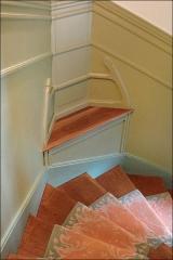 Immeuble dit Castel Béranger -  Dans l'escalier principal du Castel Béranger, à chaque demi étage, des sièges ont été prévus pour une courte pause.   Le tapis de sol a été reconstitué à l'identique à la fin des années 90, au moment de la restauration de l'immeuble.