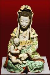 Musée Guimet - Guan Yin avec enfant Epoque Qing,  fin 18ème siècle Chine céramique verte Musée Guimet www.guimet.fr/  Guan Yin, 觀音, Quan Âm, est la Déesse de la miséricorde et la protectrice des enfants, elle revêt plusieurs formes différentes. Elle est souvent dépeinte comme une femme habillée de blanc, debout sur un lotus et parfois tenant un enfant en bas âge car elle aidait les femmes à avoir des enfants.  C\'est la forme chinoise de la divinité bouddhiste Avalokitesvara (Avalokiteshvara), un des bodhisattvas les plus vénérés qui a subi une féminisation. Elle aide tous les êtres de la terre à atteindre l\'illumination