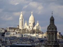 Eglise Saint-Pierre-de-Montmartre -  Photographie prise de la terrasse du Printemps vers Saint-Pierre de Montmarte et Basilique du Sacré-Coeur, Paris, France.