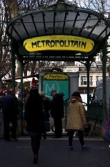 Métropolitain, station Abbesses -  Paris. Sur la place des Abbesses.