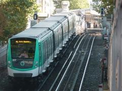 Métropolitain, station Barbès-Rochechouart - Français:   Un MF 01 quitte la station Barbès - Rochechouart en direction de Porte Dauphine sur la ligne 2.