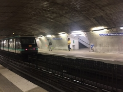 Métropolitain, station Barbès-Rochechouart - Français:   Une rame au départ à la station de métro Barbès - Rochechouart de la ligne 4 en travaux en 2019