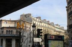 Métropolitain, station Barbès-Rochechouart - Français:   Entrée de la station de métro Barbès-Rochechouart à Paris.