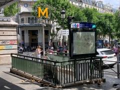 Métropolitain, station Barbès-Rochechouart - Français:   Entrée de la station de métro Barbès - Rochechouart, Paris.