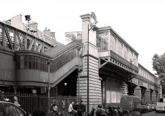 Métropolitain, station Barbès-Rochechouart - Français:   Station de métro Barbès-Rochechouart - Paris 8-9-18