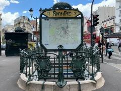 Métropolitain, station Blanche - Français:   Entrée de la station de métro Blanche, Paris.