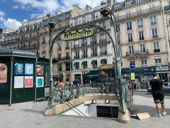 Métropolitain, station Place de Clichy - Français:   Entrée de la station de métro Place de Clichy, Paris.