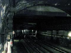 Métropolitain, station Place de Clichy - Français:   Station Place de Clichy de la ligne 2 du métro de Paris, France. Tunnel en direction de Porte Dauphine.