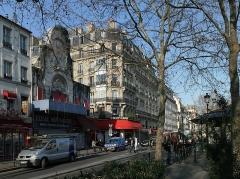 Théâtre de l'Elysée-Montmartre, ancien dancing - Français:   Après l\'incendie de l\'Élysée Montmartre du 22 mars 2011: circulation coupée sur la rue de Steinkerque, pompiers de Paris présents.