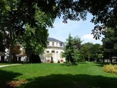 Hospice Debrousse - Français:   Le jardin Debrousse à Paris, vue sur le pavillon de l\'Ermitage