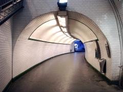 Métropolitain, station Gambetta - Français:   La station Gambetta de la ligne 3 bis du métro de Paris, France. L\'ancien tunnel de la ligne 3 en direction de Pont de Levallois, devenu un couloir de correspondance.