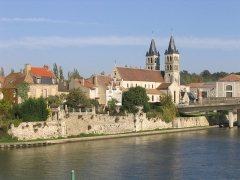 Eglise Notre-Dame -  L'île Saint-Étienne et la collégiale Notre-Dame, à Melun (France). Prise de vue à partir de la rive opposée de la Seine (sud).
