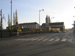 Eglise Notre-Dame - Français:   Boulevard Gambetta et rue de la Courtille à Melun. Au loin, la collégiale Notre Dame.