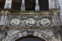 Maison dite de François Ier ou Hôtel de Chabouillé, dans la cour de l'Hôtel de ville -  Maison dite de François Ier, galerie de l'hôtel de Chabouillé, dans la cour de l'Hôtel de ville de Moret-sur-Loing  (Seine-et-Marne, France)