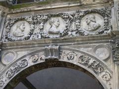 Maison dite de François Ier ou Hôtel de Chabouillé, dans la cour de l'Hôtel de ville - English: Detail of Francis I wall in Moret-sur-Loing, France
