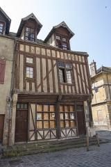 Maisons néogothiques -  Maison du Bon-Saint-Jacques, à l'angle de la place Royale et de la rue de Grez, à Moret-sur-Loing (Seine-et-Marne, France)