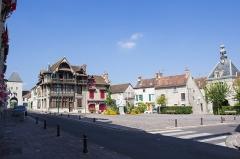 Maison Raccolet -  Vue de la place de l'Hôtel-de-Ville, Moret-sur-Loing (Seine-et-Marne, France)