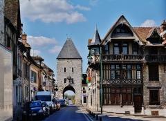 Maison Raccolet - Deutsch: Semois-Tor und Haus Raccolet, Moret-sur-Loing, Département Seine-et-Marne, Region Île-de-France, Frankreich