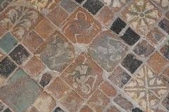 Eglise Saint-Léonard et Saint-Martin - Deutsch: Katholische Kapelle Saint-Léonard, ehemalige Pfarrkirche, in Croissy-sur-Seine im Département Yvelines (Île-de-France/Frankreich), mittelalterliche Bodenfliesen im Chor
