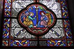 Eglise Saint-Martin - Deutsch: Katholische Pfarrkirche Saint-Martin in Jouy-en-Josas im Département Yvelines in der Region Île-de-France (Frankreich), Bleiglasfenster von Paul Nicod (1858), Szenen aus dem Leben Marias: Verkündigung; Inschrift