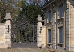 Ancien château de Madame du Barry - English:   Iron portal and the pavilion of reception in the entrance of château de Mme du Barry in Louveciennes, Yvelines department, France. The building was erected by the architect Henri Goury at the end of the XIXth century as a part of the domain of Mme du Barry.