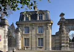 Ancien château de Madame du Barry - English:   The left pavilion of reception in the entrance of château de Mme du Barry in Louveciennes, Yvelines department, France. The building was erected by the architect Henri Goury at the end of the XIXth century as a part of the domain of Mme du Barry.