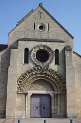 Eglise Sainte-Anne-de-Gassicourt - Deutsch: Kirche Sainte-Anne in Gassicourt, einem Stadtteil von Mantes-la-Jolie im Département Yvelines (Île de France), Westfassade