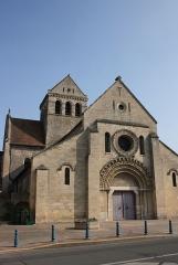 Eglise Sainte-Anne-de-Gassicourt - Deutsch: Kirche Sainte-Anne in Gassicourt, einem Stadtteil von Mantes-la-Jolie im Département Yvelines (Île de France), Westfassade und Glockenturm