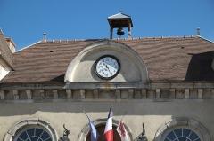 Bailliage - Deutsch: Bailliage (Rathaus) in Rochefort-en-Yvelines im Département Yvelines (Region Île-de-France/Frankreich), Uhr