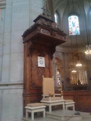 Cathédrale Saint-Louis - Français:   Cathèdre de la cathédrale de Saint-Louis-de-Versailles, Mgr Éric Aumonier en est alors le titulaire, son blason figurant au dessus du siège.