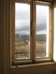 Domaine national : Hôtel des Réservoirs ou Hôtel de Pompadour - English: Park of Versailles thru a window of the Hôtel des Réservoirs.