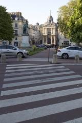 Eglise Notre-Dame -  Statue de Lazare Hoche sur la place Hoche, église Notre-Dame à Versailles (Yvelines).