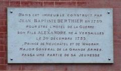 Hôtel du Ministère de la Guerre -  Plaque commémorative de la présence du maréchal Berthier apposée sur le ministère de la Marine, rue de l'Indépendance Américaine à Versailles (Yvelines, France)