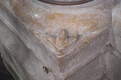 Eglise Notre-Dame-de-l'Assomption - Deutsch: Katholische Pfarrkirche Notre-Dame-de-l'Assomption (Mariä Himmelfahrt) in Boigneville im Département Essonne (Île-de-France/Frankreich), Eckblatt einer Säule