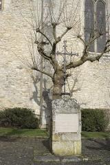 Eglise Notre-Dame-de-l'Assomption - Deutsch: Katholische Pfarrkirche Notre-Dame-de-l'Assomption (Mariä Himmelfahrt) in Boigneville im Département Essonne (Île-de-France/Frankreich), ehemaliges Friedhofskreuz
