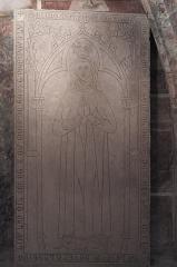 Eglise Notre-Dame-de-l'Assomption - Deutsch: Katholische Pfarrkirche Notre-Dame-de-l'Assomption (Mariä Himmelfahrt) in Boigneville im Département Essonne (Île-de-France/Frankreich), Krypta, Grabplatte von 1310