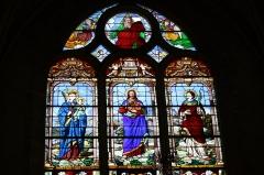 Eglise Saint-Etienne - Deutsch: Bleiglasfenster in der Kirche Saint-Étienne in Étréchy im Département Essonne (Île-de-France), Darstellung: Madonna und Kind, Jesus und der hl. Stephanus/darüber Gottvater